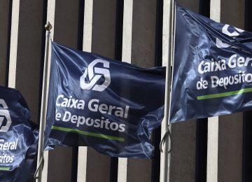 Bandeiras da Caixa Geral de Depósitos, hasteadas num edifício. 28 de junho de 2011 em Lisboa. ANTONIO COTRIM/LUSA