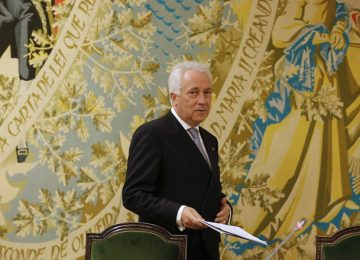 Bank of Portugal Governor Carlos Costa arrives to read a statement in Lisbon August 3, 2014. Portugal's central bank said on Sunday it decided to rescue troubled lender Banco Espirito Santo in a 4.9 billion euro ($6.6 billion) recapitalisation to be pumped into the healthy part of the bank that will be separated from its compromised assets. The money comes mostly from the country's international bailout, which had a 6.4 billion euro ($8.6 billion) line available for bank recapitalisation, via a bank resolution fund set up by Portugal in 2012, Costa said. REUTERS/Hugo Correia (PORTUGAL - Tags: BUSINESS POLITICS) - RTR413OB