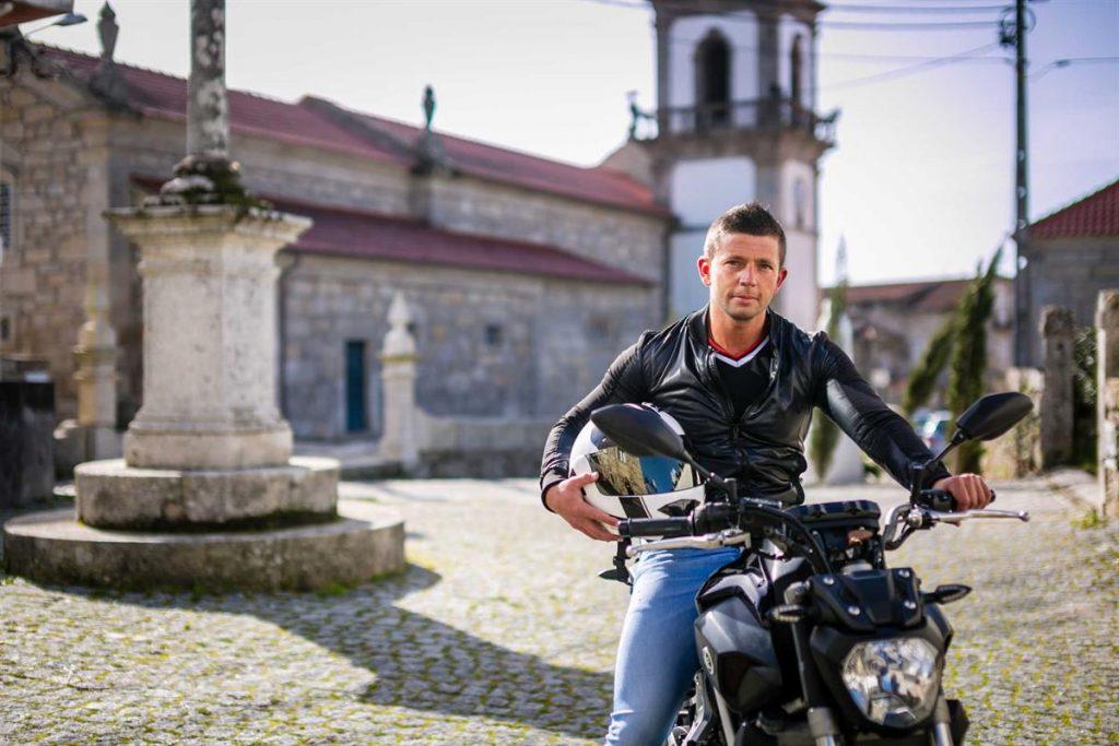 o_padre_portugues_musculado_e_bronzeado_que_conquistou_a_internet_8